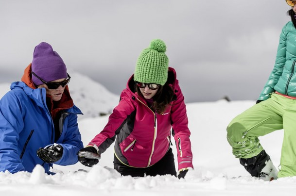Investigating the snow conditions as a group in the training course © Claudia Ziegler Photography
